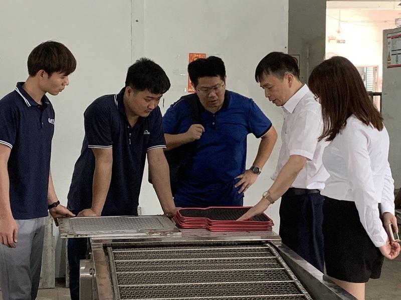 客户到场参观机器生产,浈颖机械出品,汽车脚垫生产线