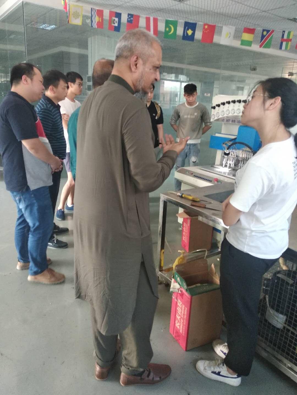 客户到场参观机器生产,PVC杯垫生产,浈颖机械专业生产软胶设备